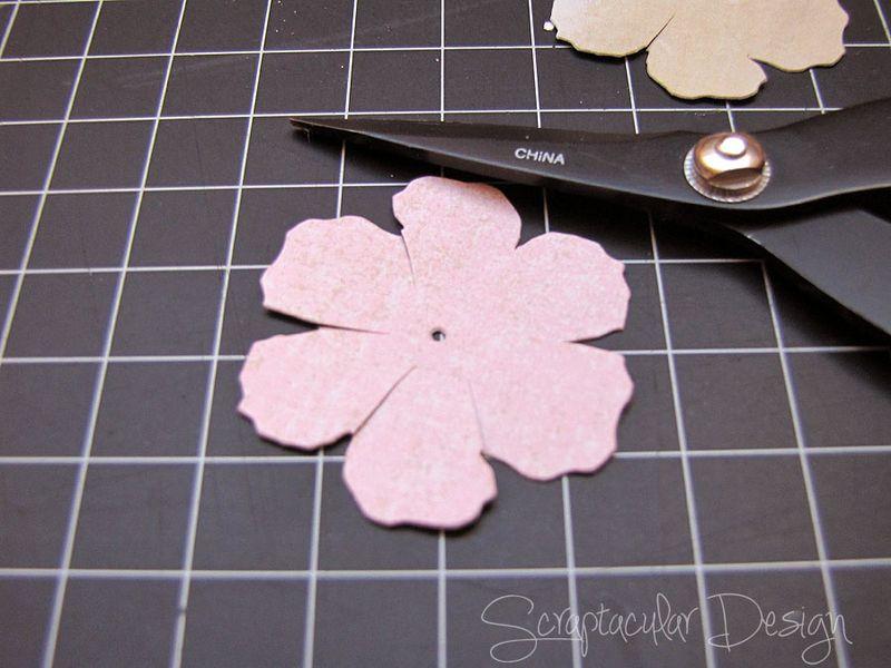 Bloemen maken- Tattered Pine Cone Die Roosjes  Stap 3